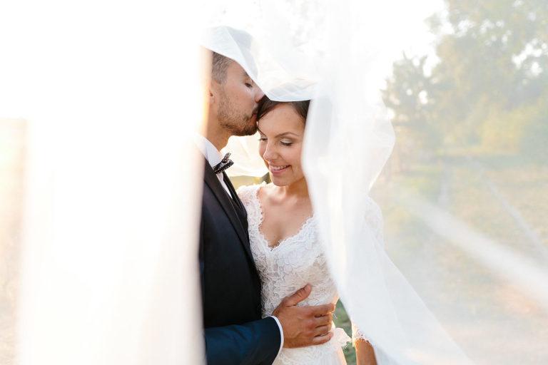 photo-de-mariage-lumineux-naturel-couple-contre-jour