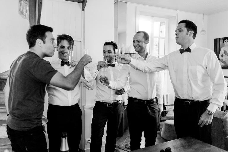 photo de groupe témoins avec une coupe de champagne